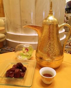 Potenciômetro árabe do café, xícara, tâmaras, flores