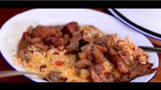 Comida típica ( arroz carreteiro, feijão tropeiro, paçoca de carne e churrasco )