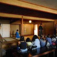 Visita à Sala de Chá Hakuei-an por alunos da Escola Móbile