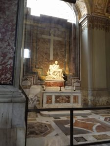 A famosa Pietà de Michelangelo.